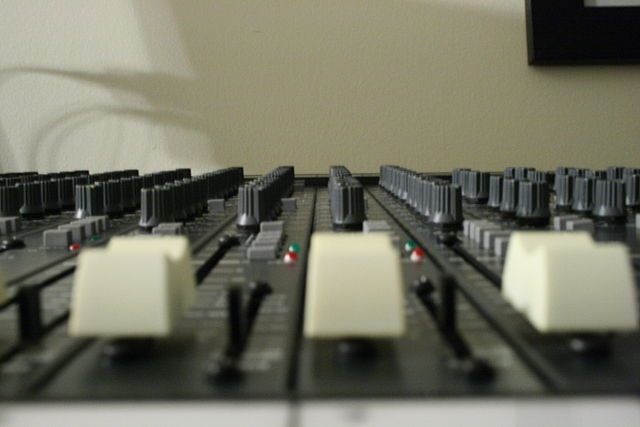 Soundcraft_Series_By_BoneDaddy_P7_(Flickr_ IMG_0115)__[CC-BY-SA-2.0_(http_creativecommons.org_licenses_by-sa_2.0)]_via_Wikimedia_Common